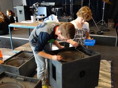 Jongeren praten mee over vrijwilligerswerk in de Haarlemmermeer en eten gratis pizza.